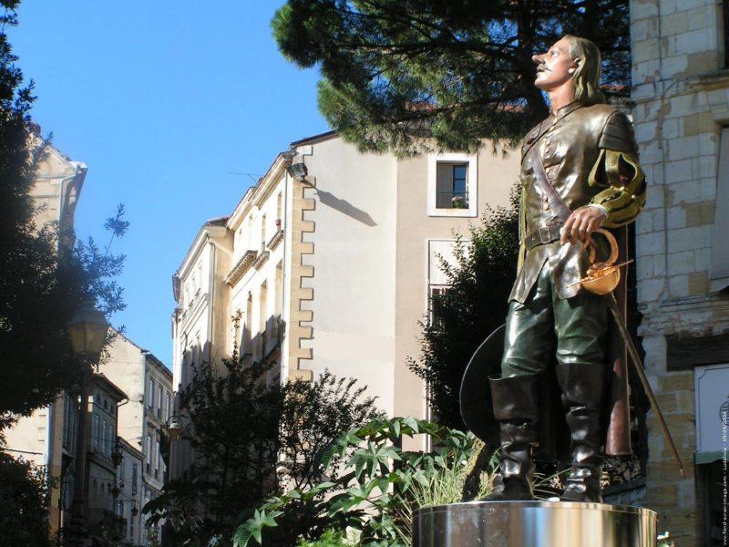 TrËs belle promenade a Bergerac magnifique statue de cyrano.   Il faisait tellement beau et chaud.